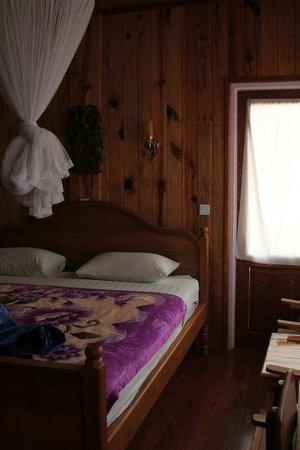 Golden Empress Hotel : bedroom (and door to small balcony)