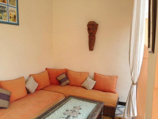 Riad El Filali : Loungeplek binnen op balkon aan binnenplaats