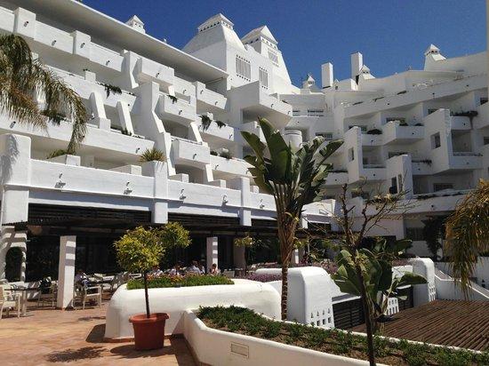 H10 Estepona Palace : Vista frontaldesde la piscina