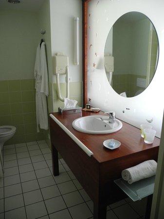 Hotel Des Lacs D'Halco : Salle de bain et sa paroi en verre dépoli pour laisser entrer la lumière