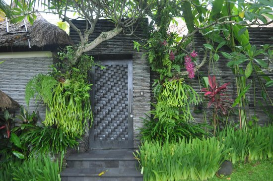 The Zala Villa Bali : entry, with lush tropical gardens