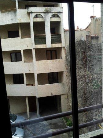 Hotel des Trois Couronnes : Terribles vistas desde la habitación, demasiado cara para tener que amanecer con esto.