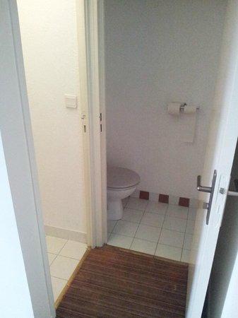 Hotel des Trois Couronnes: Baño dividido en dos de la habitación, viejo