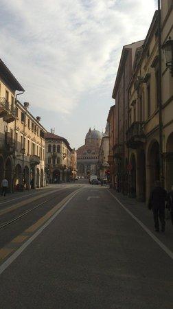 Basilica di Sant'Antonio - Basilica del Santo: Via Luca Belludi con in fondo la Basilica