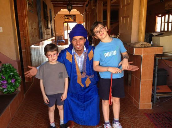 Maison D'hotes Restaurant Chez L'Habitant Amazigh: alberto y eduardo con Zahir en la puerta del hotel