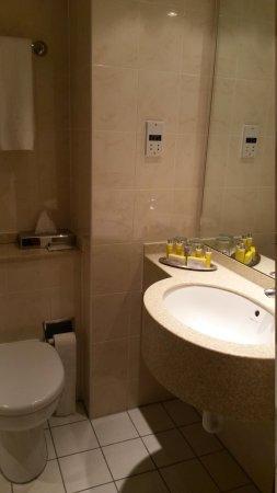 Heathrow/Windsor Marriott Hotel: bathroom