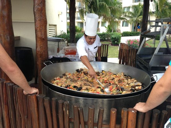 Dreams Riviera Cancun Resort & Spa: Paella for lunch by pool
