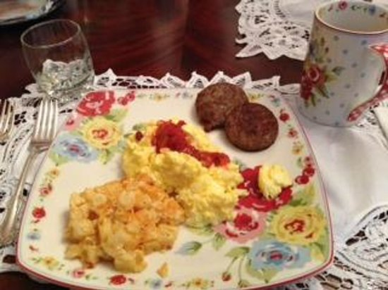 Pamlico House B&B: Eggs, sausage and hash browns.