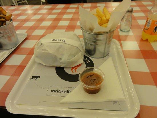 Moaburger : Cheese burger, chips and homemade fries!