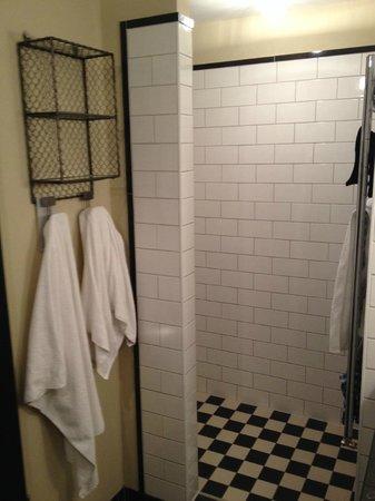 Henri Hotel Hamburg Downtown: Ванная комната (дверь в ванную может и быть, но прозрачная в любом случае)