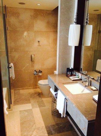 Sheraton Guangzhou Hotel : Standard bedroom - bathroom
