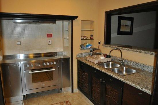 Arjaan by Rotana: Kitchen area