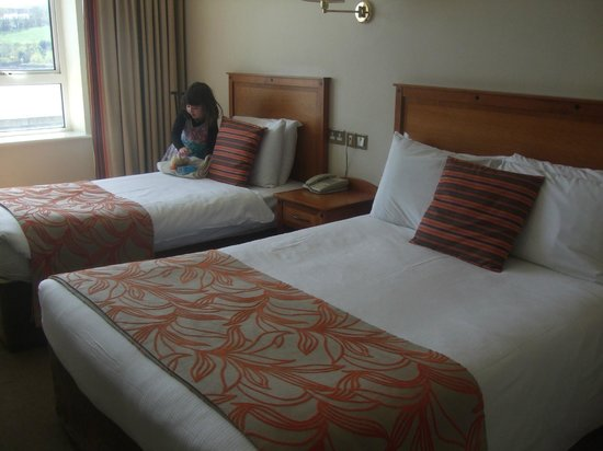 Celtic Ross Hotel: Double bed and Single bed