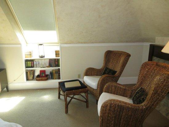 1801 First Luxury Inn : Sitting area in Bedroom