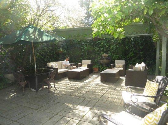 1801 First Luxury Inn: Garden