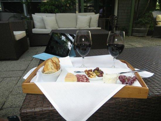 1801 First Luxury Inn: Happy Hour in the Garden