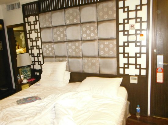 Maison D'Hanoi Hanova Hotel : Bedroom stylish but cramped by Vietnamese boxes
