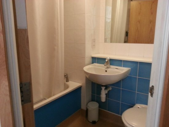 Travelodge London Central City Road: spotless bathroom