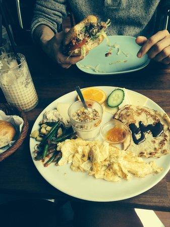 Cafemoccador: Vegetarisk brunch, Mocca milkshake og skimmelostburger.