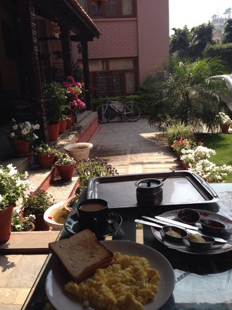 Hotel Horizon: Breakfast in a small balcony and garden.