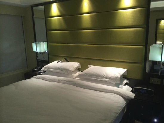 The Montcalm at the Brewery London City: Comfortable bed in club room