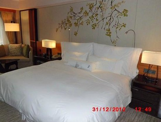 The Westin Taipei: Cozy bed with soothing wallpaper