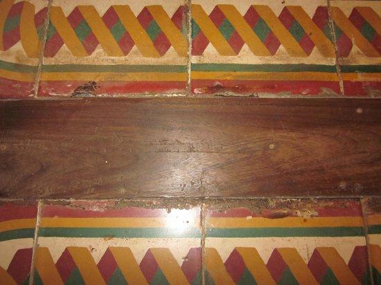 Villa Langka: Cracked and dirty floor