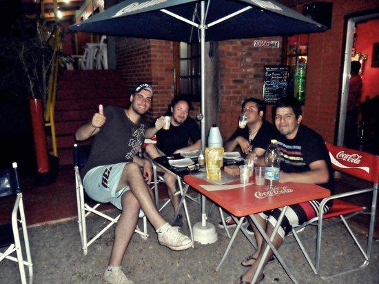 Hostel Park Iguazu: mesas en el patio