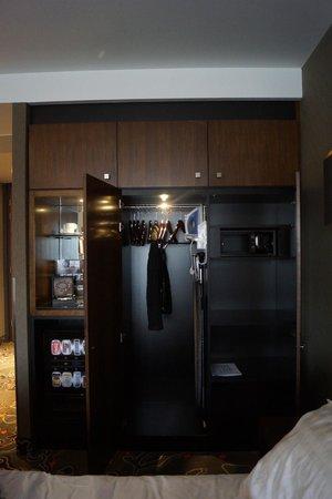 Hotel Golden Tulip Amsterdam West: Шкаф с гладильной доской и утюгом