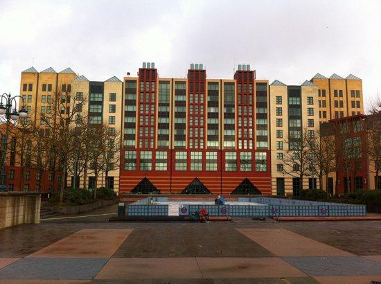 Disney's Hotel New York: Le bâtiment principal de l'hôtel.