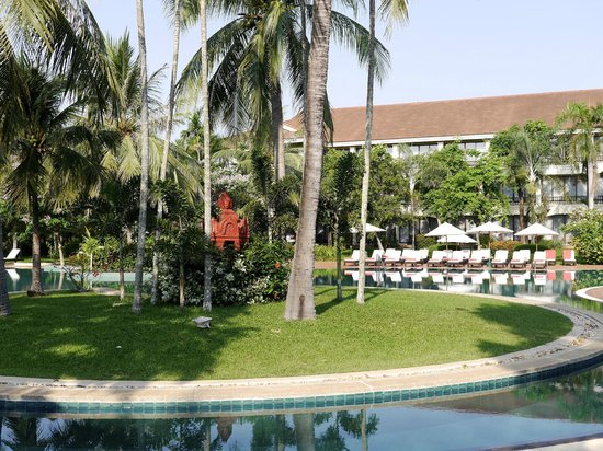 Sofitel Angkor Phokeethra Golf and Spa Resort: Pool area