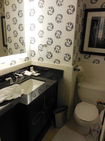 The Palmer House Hilton: Tiny Bathroom