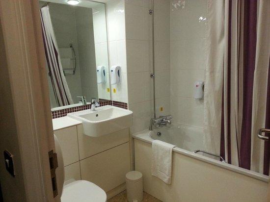 Premier Inn London Docklands (Excel) Hotel: bathroom 2