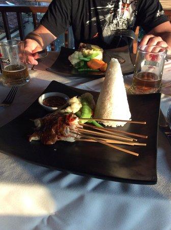 de Quake : satay sticks at front, fish and risotto at back