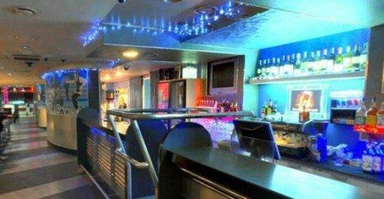 Overtime Night Club: Long bar