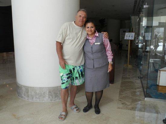 Taba Hotel & Nelson Village: Перед рестораном - гостеприимная Марва