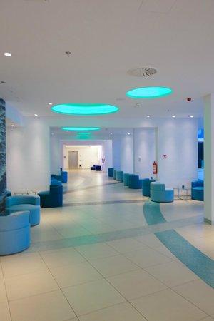 Radisson Blu Resort Split: main lobby from elevators