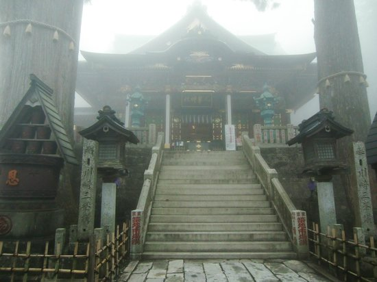 Mitsumine Shrine: 拝殿を見上げる