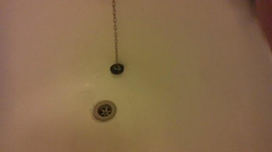 Royal Norfolk Hotel: Scaly and dirty bath