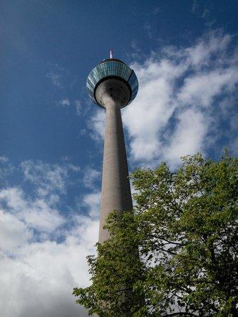 Rhine Tower (Rheinturm) : Башня снизу