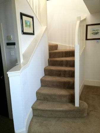 The Scotsman Hotel: Up stairs to the bedroom