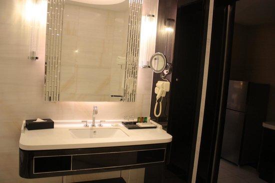 Pacific Regency Hotel Suites : Toilet