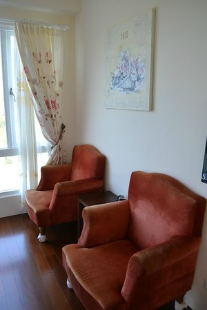 Full Sun House: Bedroom sofas