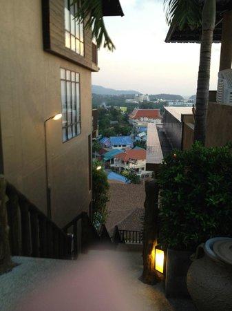 Karon Phunaka Resort and Spa: спуск между номерами и бассейном