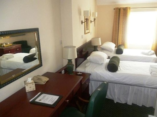 Bells Hotel and Country Club: Twin Room