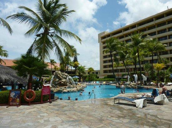 Occidental Grand Aruba All Inclusive Resort : vista da praia para a piscina