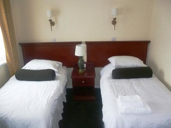 Bells Hotel and the Forest of Dean Golf & Bowls Club: Twin Room