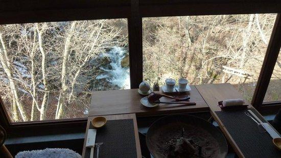 Tobira Onsen Myojinkan: 食事は川の見える窓辺で