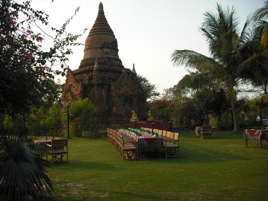 Thazin Garden Hotel: tavolo per la cena nel giardino