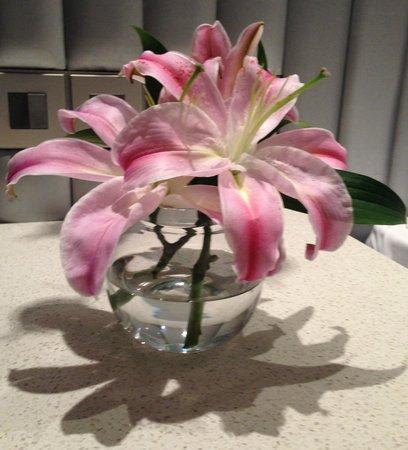 Hotel Avasa: Fresh flowers in the room